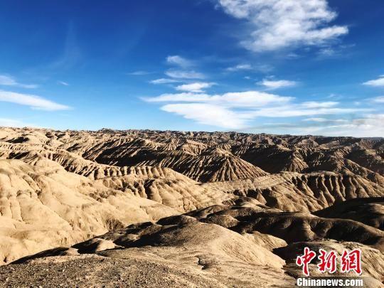青海油田是世界上海拔最高的油气田,也是中国最早开发的油田之一。位于青海省西北部的柴达木盆地,是青海、西藏、甘肃省三省区重要产油、供气基地,平均海拔3000米左右。(资料图) 孙睿 摄