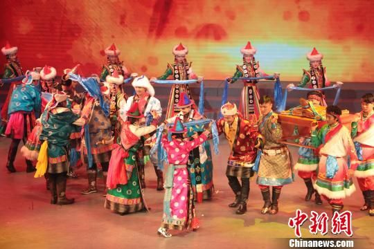 图为青海省第七届全省家庭文化艺术节展示活动上的文艺演出。 闫淑萍 摄