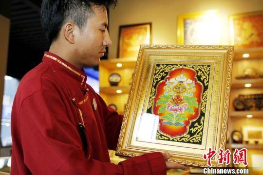 图为藏族工艺品。 张添福 摄