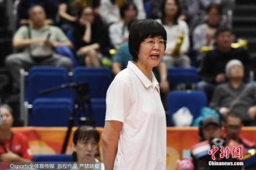2018女排世锦赛中国队以铜牌收官。图为郎平在三四名决赛中运筹帷幄。