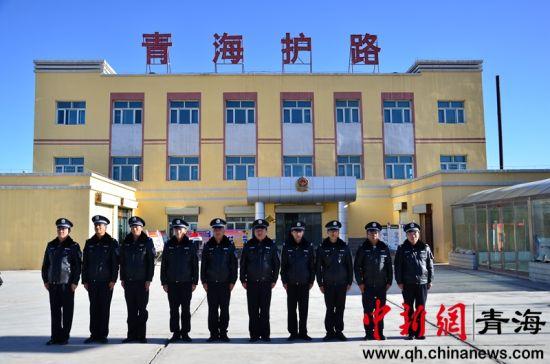 图为正在集合准备训练的南山口护路中队的护路员们 鲁丹阳摄