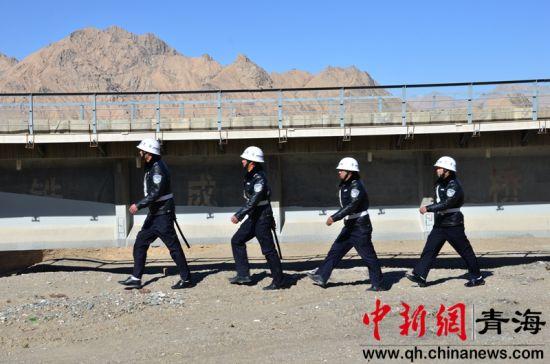 图为正在巡查铁路的南山口护路中队的护路员 鲁丹阳摄