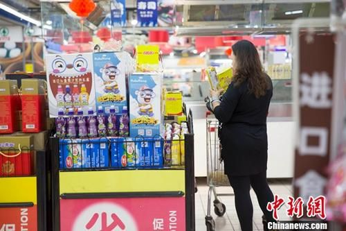 资料图:山西太原某超市,消费者正在挑选商品。中新社记者 张云 摄
