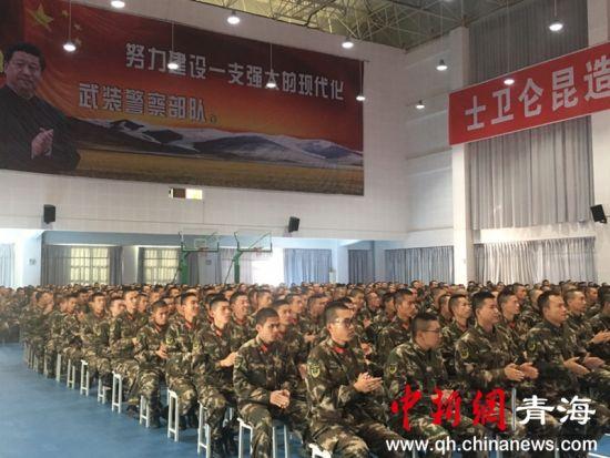 图为官兵们在观看表演 潘雨洁摄