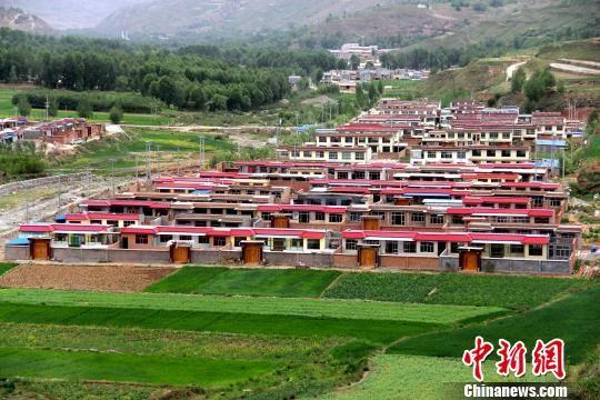 图为青海民和县的一处易地搬迁安置区。(资料图) 石延寿 摄