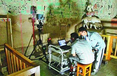 天津大学文化遗产保护与传承信息技术研究中心科研人员用自己研发的微变监测系统在莫高窟开展病害微变监测。天津大学供图