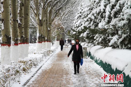 图为西宁市民在人行道上行走。 李培源 摄