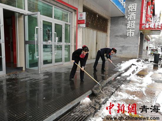 图为工作人员正在扫雪 钟欣摄