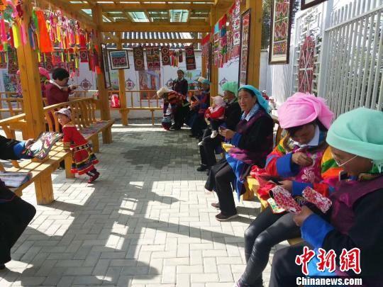 """图为青海省互助县的""""扶贫车间""""内,土族绣娘正在刺绣。(资料图) 钟欣 摄"""