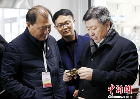 图为青海省委常委、统战部长公保扎西(右)考察西宁城市学院学生创新手工作品。 张添福 摄