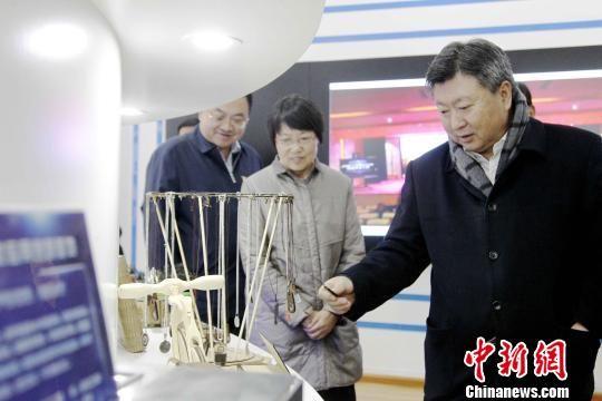 图为参会嘉宾参观青海职业院校学生手工作品展。 张添福 摄