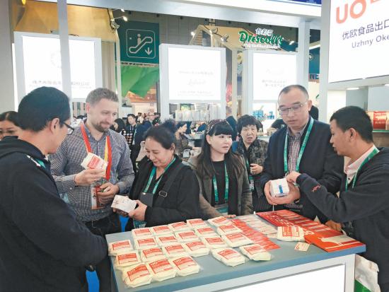 11月8日,在首届中国国际进口博览会7.2展馆,青海企业与国外参展商交流洽谈。