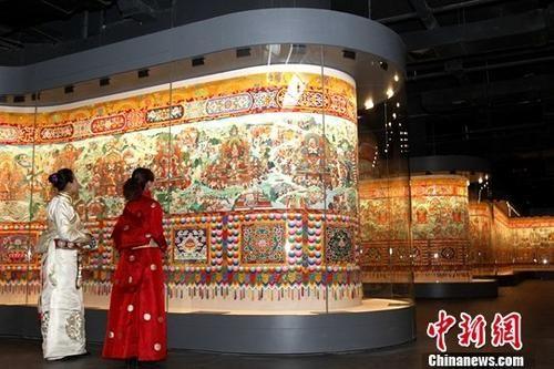 11月9日,历时五年建设,总建筑面积3万平方米的青海藏文化博物院二期馆揭牌开馆,意味着中国规模最大的以藏医药为主题的博物馆,扩建成为一家全方位陈展藏民族文化的综合型博物馆。图为馆内展出的《中国藏族文化艺术彩绘大观》。中新社记者 张添福 摄