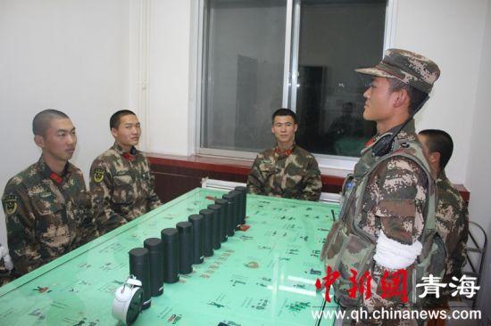 图为节目结束之后官兵们进行讨论交流 张晓平摄