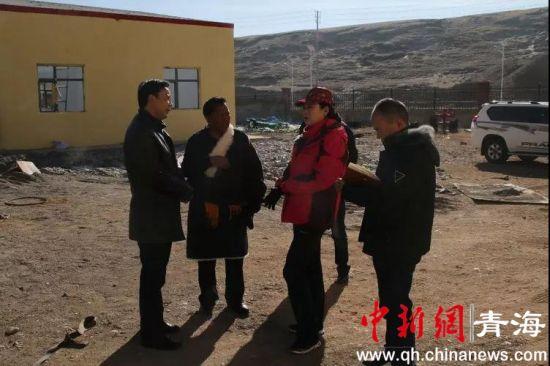 图为青海治多官方相关负责人指导做好今冬明春防灾抗灾工作,确保牧民温暖过冬。