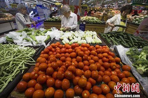 7月10日,山西太原,民众正在超市选购蔬菜。 中新社记者 张云 摄