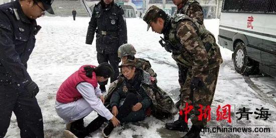 图为武警西宁支队执勤官兵救助旅客