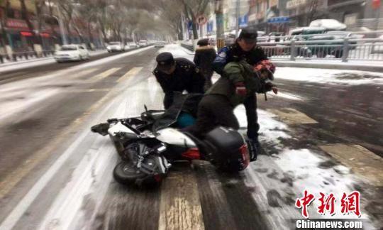 图为路面湿滑致摩托车滑倒。 宋维嘉 摄