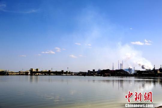图为青海省青海盐湖工业股份有限公司内的察尔汗盐湖。(资料图) 孙睿 摄