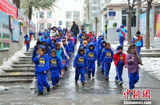 图为西宁某小学学生排队放学 鲁丹阳 摄