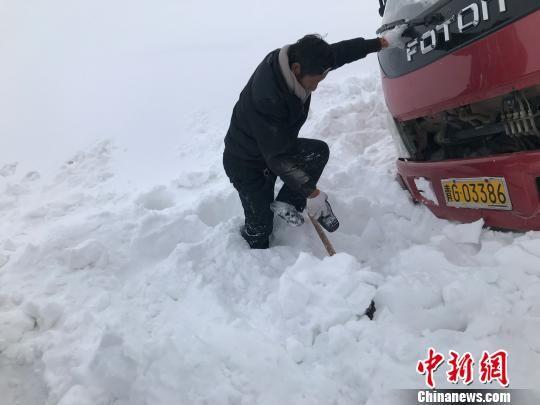 图为卡车司机为大卡车清扫积雪。 江永才吉 摄