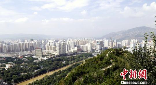 资料图为青海省会西宁南北山绿化工程。 钟欣 摄