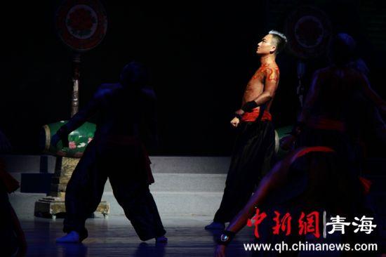 图为舞蹈《中国脊梁》。李培源 摄