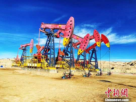 图为一排排采油机在英东亿吨级整装高产高丰度油气田上进行作业。中新社记者 孙睿 摄