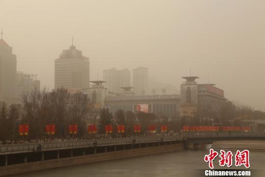 图为西宁市中心被浮尘天气笼罩。 马铭言 摄