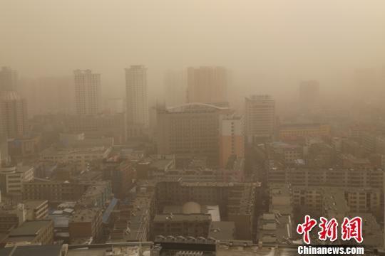 受浮尘天气影响,西宁市能见度仅3公里。 马铭言 摄