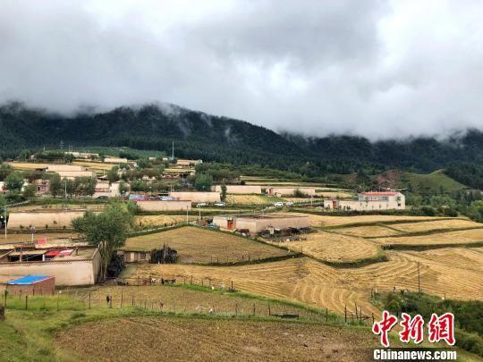 资料图为青海黄南藏族自治州坎布拉景区内的农家小院。 罗云鹏 摄