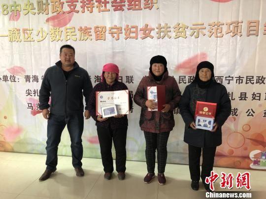 """图为此次项目评选出了3名藏茶技能优秀""""茶娘""""。 张欢 摄"""