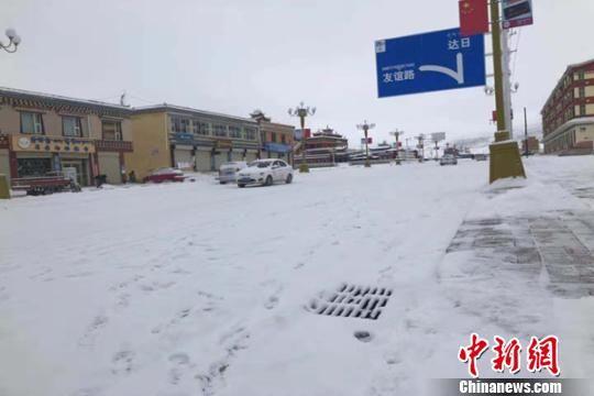 图为11月12日至13日,积雪覆盖甘德县城道路。 李富泉 摄