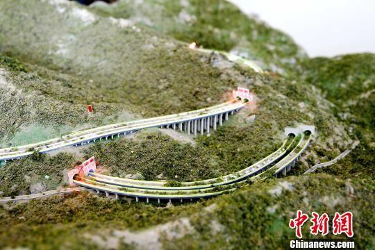 图为大力加山至循化高速公路沙盘。 张添福 摄
