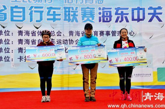 图为颁奖台上的程佳乐(左一)。鲁丹阳摄