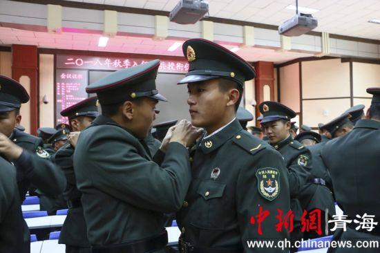 图二为新兵授衔。