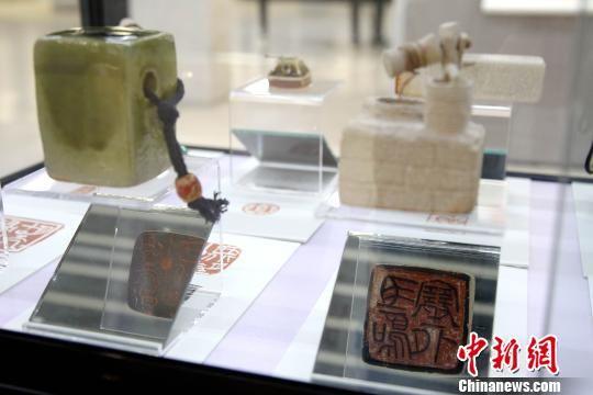 图为陶瓷印原创作品陈展在青海省西宁市城西区文化艺术中心。 张添福 摄