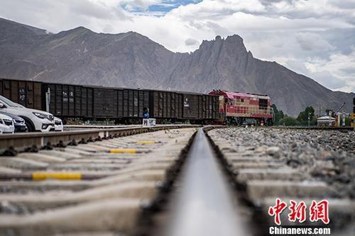青藏铁路格尔木至拉萨段于2006年7月全线通车运营,作为进藏物资的重要转运点,拉萨西站货场自当年投入使用后,便成为西藏最大的铁路货物运输窗口站。近12年来,拉萨西站货场年吞吐量从2006年的32.9万吨增至2017年的519.7万吨。图为6月13日,一列货运列车抵达拉萨西站货场。中新社记者 何蓬磊 摄