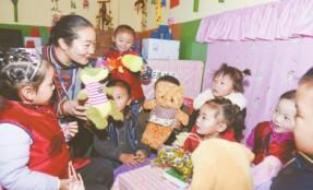 老师和孩子们温馨互动