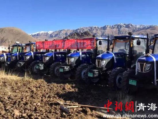 图为青海囊谦县举行2018年牦牛产业发展项目农机设备交接仪式现场。钟欣摄