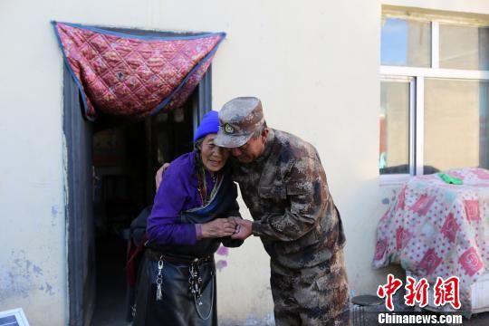 图为杜军看望慰问藏族老阿妈琼阿卓玛。 谭健 摄