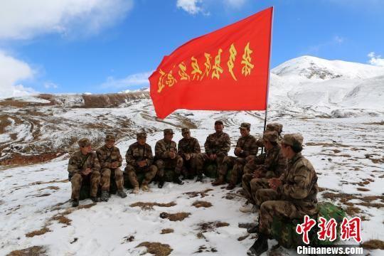 图为杜军与杂多当地藏族民兵在拉练途中组织文化活动。 谭健 摄
