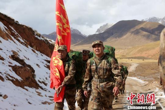 图为杜军组织杂多当地藏族民兵开展长途行军拉练。 谭健 摄