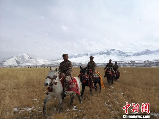 图为杜军组织杂多当地藏族民兵骑兵分队开展训练。 谭健 摄