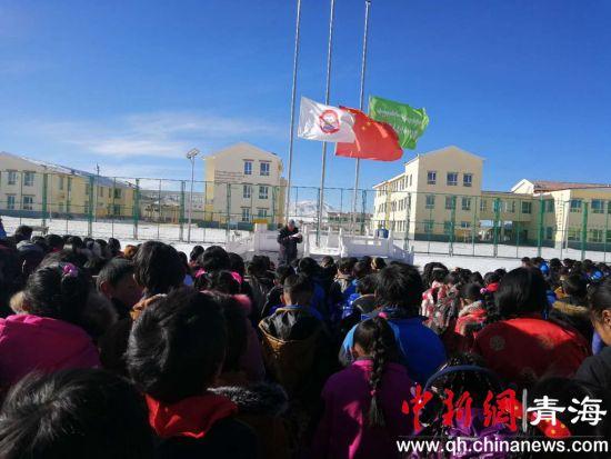 图为学校举行通过升国旗和降半旗仪式。钟欣摄