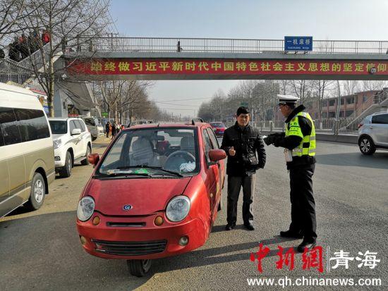 图为西宁市柴达木路大堡子市场口交警正在执勤 潘雨洁 摄