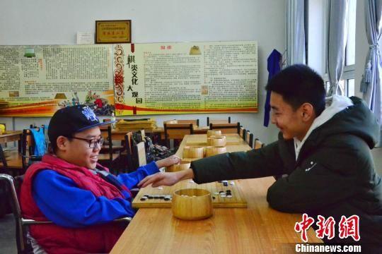 图为谢海涛和好朋友张君毅一同下围棋。 鲁丹阳 摄