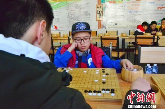 图为谢海涛专心致志下围棋。 鲁丹阳 摄