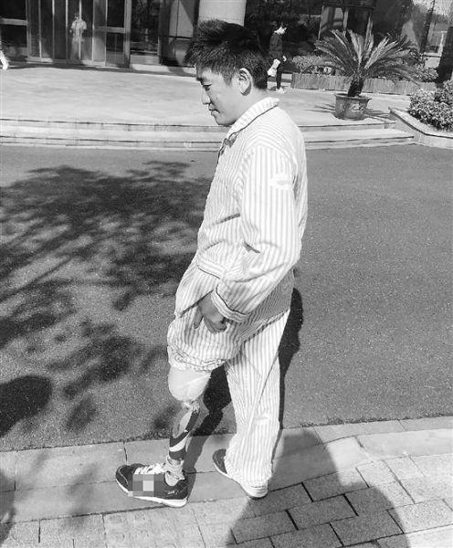 王建生在努力练习走路。