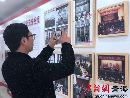 图为市民参观展览。王梦婕摄